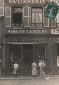 Les patrons de Marcel devant le magasin