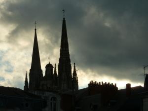 Les flèches de la cathédrale d'Angers, au crépuscule- août 2015